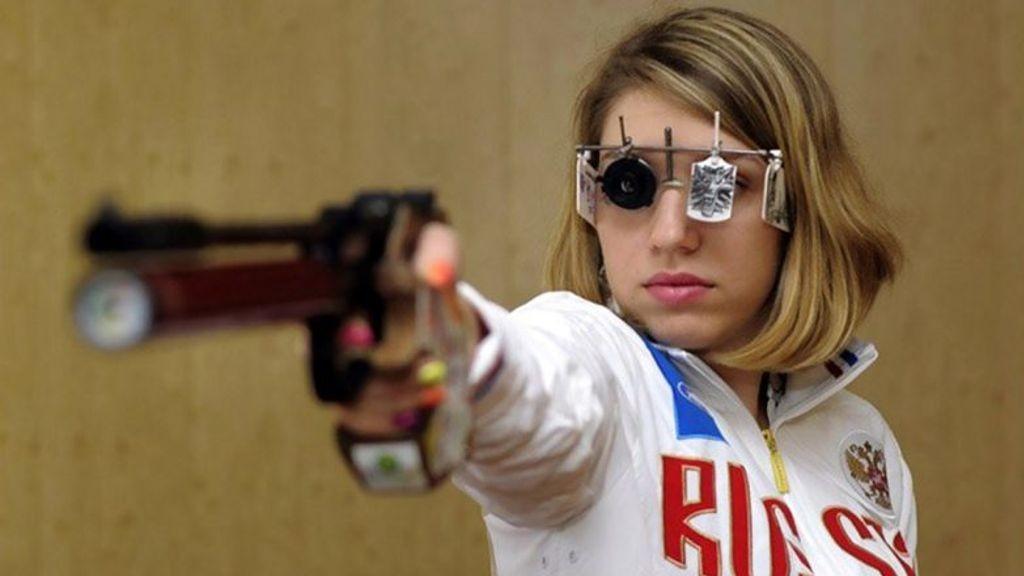 Ρωσίδα αθλήτρια σκοποβολής κέρδισε χρυσό μετάλλιο στους Ολυμπιακούς Αγώνες φορώντας μενταγιόν Witcher